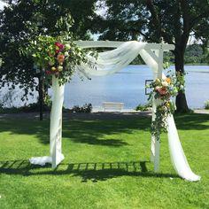 Nydelig hageportal til hagebryllup Pergola, Wedding Flowers, Table Decorations, Weddings, Inspiration, Home Decor, Cute, Biblical Inspiration, Decoration Home
