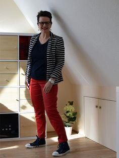 Rote Hose und blaue Chucks mit gestreifter Jake