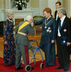 Presidentti Tarja Halonen ja puoliso Pentti Arajärvi. Linnan juhlat vuonna 2000. Tässä presidenttiä tervehtii jalkaväen kenraali Adolf Ehrnrooth.