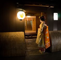 geisha-kai:  Maiko Hisamomo at the entrance of a tea house in Pontocho district by Brian A. Pettitte on Flickr
