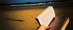 Lavorando con le unghie, separo il frontespizio dalla copertina.  La pagina è bianca. L'Oceano ha cancellato ogni cosa.  Eppure, come se ancora fosse lì, nell'angolo, scritto a penna nera, ora posso leggere il nome del proprietario di questo libro.  Ora posso leggere il mio vero nome.