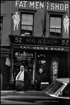 Fat Men's Shop, New York City, 1955 - Photo by Elliott Erwitt An interesting take on larger sizes. New York Meme, Vintage Photographs, Vintage Photos, Shopping In New York, Mens Shopping, Elliott Erwitt Photography, New York City, Photographer Portfolio, Vintage New York