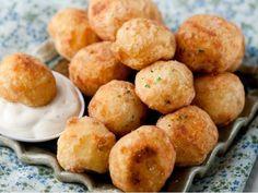 Οι λουκουμάδες πατάτας είναι ένα φανταστικό ορεκτικό που εκτός άπο εμάς τους λατρεύουν και τα παιδιά! Υλικά: 3 πατάτες μεγάλες 1 μικρό κρεμμύδι 3 κουταλιές αλεύρι 1 αυγό 1 κουταλάκι μπέικιν πάουντερ ελαιόλαδο, αλάτι,πιπέρι, λιγο ανήθο (προαιρετικα) 1 κουταλια της σούπας μαγιονέζα Δες και εδω φανταστικες μπομπες πατάτας Εκτέλεση: Τρίβετε