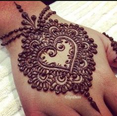 Let us see how heart mehndi designs and simple henna heart designs can convey the feeling of love on your hands and feet and make you a talking point. Henna Hand Designs, Pretty Henna Designs, Beautiful Mehndi Design, Mehndi Designs For Hands, Henna Tattoo Designs, Mehandi Designs, Mehndi Tattoo, Henna Tatoos, Henna Ink