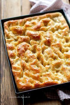 Genoese focaccia: original recipe and step by step tricks Pizza Recipes, Gourmet Recipes, Dessert Recipes, Cooking Recipes, Desserts, Scd Recipes, Focaccia Pizza, Focaccia Recipe, Finger Foods
