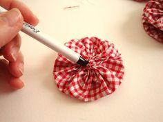 Tutoriel Yoyo flowers : fleurs en tissu : fabriquer une déco de table () - Femme2decoTV