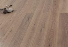 Der gräulich, homogene Ton der Landhausdiele Asteiche gebürstet leicht grau geölt wirkt solide und schafft die ideale Basis, für Menschen, die Ihre Wohnräume gerne umgestalten. Jeder Einrichtungsstil und jede Farbe lässt sich perfekt mit diesem Naturholzboden kombinieren. Die mittelgroßen Äste, der typische Eiche-Spiegel und die natürlichen Strukturunterschiede wirken zudem schlicht und auflockernd. #Parkett #Landhausdiele #wood #woodfloor #Holzboden #Eiche