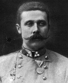 Franz Ferdinand was de kroonprins van Oostenrijk-Hongarije. In 1914 wordt er een aanslag op hem gepleegd door een Servische nationalist die hij overleefd, maar toen hij op zijn tocht naar het stadhuis een binnendoor weggetje neemt loopt hij Gavrilo Princip ( nog aeen Servische nationalist) tegen het lijf die hem en zijn vrouw doodschiet.