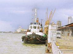 Rebocador ancorado no Porto de Belém do Pará - Brasil. Baia do Guajará.