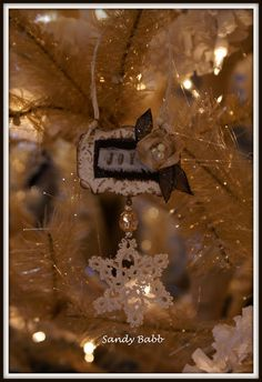 Several really cute handmade Christmas ornaments - paper based, elegant - A Quill Cottage Christmas - #Christmas #handmade #ornaments #paper #crafts #papercrafts #craft #crafting #DIY #tutorial - tå√