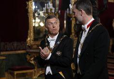 El Rey Felipe conversa con el presidente del Argentina, Mauricio Macri (i), a su llegada a la cena.