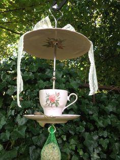 """Prachtig zacht roze voederserviesje van """"Hutschenreuther porcelaine"""". Gaaf en geen chips. 35 cm hoog. Lepetje zit vastgelijmd, afgewerkt met een mooie kanten strik. Geleverd met een zakje vogelvoer + een voedernetje om onder het serviesje te hangen. Kijk voor meer informatie op: www.snaveltjes.nl"""