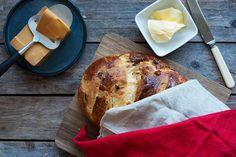 Nybakt julekake med smør og brunost... Her er tipsene som gjør julekaken ekstra god. Oppskrift og fremgangsmåte på julekake.