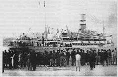 Un transatlántico amarrado no porto, con probabilidade, dos que facían a viaxe cara a América levando emigrantes galegos  (Santiago)