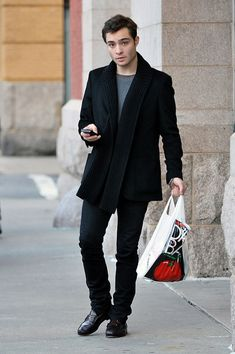 """Ed Westwick Photos - Ed Westwick, """"Gossip Girl"""" star is seen checking out after doing a bit of shopping at D'Agostino in the West Village. - Ed Westwick Leaves D'Agostino Mode Gossip Girl, Gossip Girl Chuck, Gossip Girl Fashion, Gossip Girls, Chuck Bass Style, I'm Chuck Bass, The Cw, Blair Waldorf, Chuck Bass Ed Westwick"""