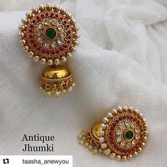 Gold Jhumka Earrings, Indian Jewelry Earrings, Jewelry Design Earrings, Gold Earrings Designs, India Jewelry, Antique Earrings, Big Earrings, Amethyst Earrings, Necklace Designs