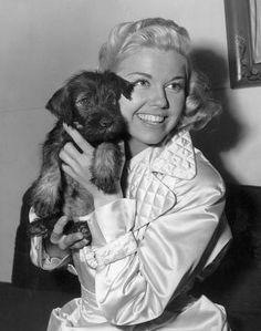 Dachshunds and the Famous People who Love(d) Them: Doris Day pictured with Mrs Mike, given as a gift to the actress and animal advocate by film director Michael Curtiz. ~*~ Look for 3 other pins of Doris Day with a dachshund. Mini Schnauzer, Miniature Schnauzer, Schnauzer Dogs, Dachshund Dog, Schnauzers, Dachshunds, Dory, Classic Hollywood, Old Hollywood