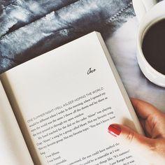 Reading in bed / Leseni m Bett, rote Fingernägel, Kaffee