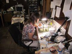 Художник-инвалид  использует в работе тиски с опцией вращения