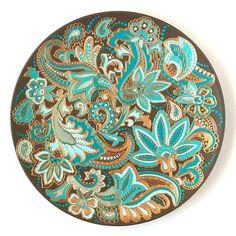 Эксклюзивная тарелка декоративная ручной работы Сады Персии предназначена для уникального подарка настоящему эстету и ценителю ручной росписи. Авторская тарелка расписана в смешанной технике с темой восточных мотивов. Сочетание шоколада и бирюзы в восточном орнаменте притягивает взгляд и завораживае