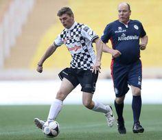 Max Verstappen weet niet alleen hoe je in een Formule 1-auto tegenstanders inhaalt. Hij kan ook op het voetbalveld een mannetje voorbij komen. Dat ...
