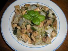 Tofu nakrájíme na kostky a promícháme s grilovacím kořením. Na pánvi  opečeme tofu a odložíme na talíř. Na tom samém oleji orestujeme nakrájenou...