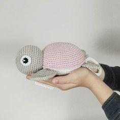...ja, und wenn die Große was fürs Foto halten darf, will die Kleine auch . . Schildkröten-Spieluhr! ❤❤❤ (nach einer richtig tollen Anleitung von @vibemai) . Schon auf dem Weg in die Schweiz. . @ramonajollat #häkeln #crochet #spieluhr #schildi #schildkröte #turtle #baby #baby2017 #handarbeit #handmade #mitliebegemacht #tina_empunkt