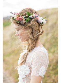 La tresse floue surmontée d'une couronne de fleurs