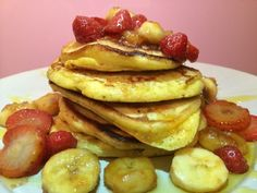 American pancakes with caramelised strawberries and bananas