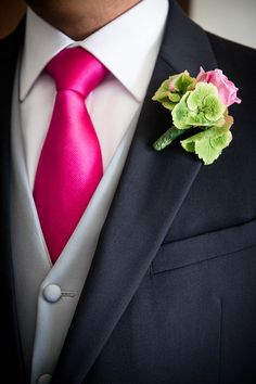 Man wedding suit: hot pink tie. Boutonniere: green hydrangea and pink rose