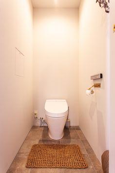 玄関からつづく床タイルをトイレにも。  #T様邸南行徳 #トイレ #toilet #タイル #tile #サンワカンパニー #エポックグレージュ #TL49441 #ペーパーホルダー #千葉工作所 #EcoDeco #エコデコ #リノベーション #renovation #東京 #福岡 #福岡リノベーション #福岡設計事務所 Bathroom Toilets, Tool Box, Flooring, Interior Design, Nest Design, Toolbox, Home Interior Design, Interior Designing, Wood Flooring