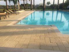 pavimento acaya multiformato colore beige griglia bordo piscina