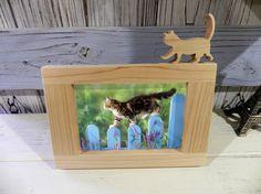 一枚の板からフレームパーツと猫だけを残して切り抜いて作った写真立てです。(猫とフレーム上部は一体化しています)Lサイズの写真が丁度入ります。猫のしっぽは大変細...|ハンドメイド、手作り、手仕事品の通販・販売・購入ならCreema。