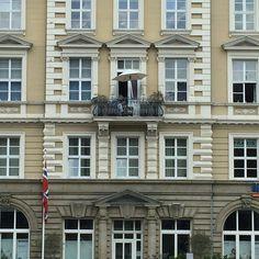 Ein einsamer #Balkon am Canale Grande in #Bayreuth. Und doch wunderbar geeignet für eine kleine #Mittagspause. #visitbayreuth #walkofwagner #pausevonderuni #enginsponte