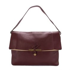 Mijn favoriet is deze clasp bag van Céline, in zwart of burgundy. Waarom? Hij is simpel en strak maar heeft toch zo'n extra touch waar ik wel van houd. Het moet voor mij echt niet met te veel frullen zijn maar wel een speciaal accent hebben.
