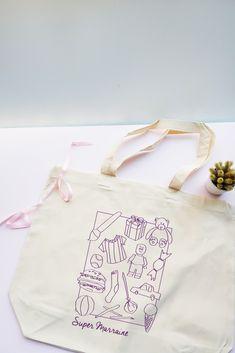 Grand sac cabas Super Marraine personnalisable en choisissant la couleur de l'impression. Impression, Reusable Tote Bags, Child Art, Large Bags, Original Gifts, Handkerchief Dress, Color