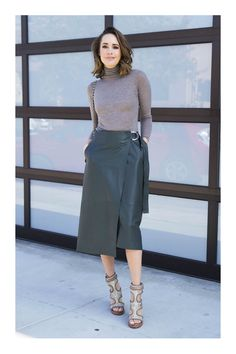 Day To Night: Styling a Midi Skirt - Front Roe by Louise Roe Green Leather Skirt, Leather Midi Skirt, Modest Fashion, Fashion Outfits, Womens Fashion, Fashion Ideas, Fashion Trends, Essential Wardrobe Pieces, Chic Winter Outfits
