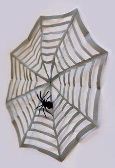 Die schnelle Halloween Dekoration: Spinnennetz aus Papier. Das Grundprinzip von Kirigami Weihnachtssternen wird hier für Halloween eingesetzt. Quadratisches Papier vier mal falten. Und ausschneider.