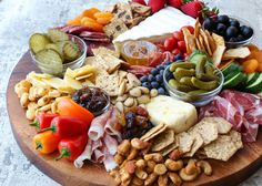 Cheese Board Making 101 (a. How to make a cheese board in 10 minutes or less OR How to make a cheese board without breaking the bank) is simpler than you might think. When it comes to making cheese boards, the possibilities are truly endless. Charcuterie Recipes, Charcuterie And Cheese Board, Charcuterie Platter, Cheese Boards, Antipasti Board, Cheese Board Display, Meze Platter, Antipasto Platter, Party Food Platters