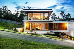 Vista frontal : Casas modernas por JOBIM CARLEVARO arquitetos