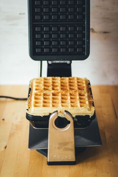 Grundrezept für dicke, knusprige Waffeln Recipe for the best waffles: crispy on the outside, soft an Veggie Recipes, Sweet Recipes, Cake Recipes, Dinner Recipes, Waffles, Crispy Waffle, Crepes, Waffle Iron, Barbacoa