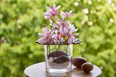 Ne vždy je možné zaplnit dům živými květinami. Ale i s těmi umělými se dá čarovat a vytvořit krásné dekorace. Pro tuto dekoraci posloužili umělé magnólie.