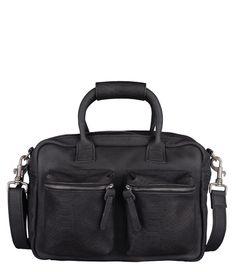 Het design van de Bag Jari is geinspireerd op The Little Bag van Cowboysbag. Deze tas is nog een slag kleiner dan The Bag Small. De tas heeft een lang afneembaar en verstelbaar hengsel, twee grote voorvakken met rits en leuke afwerking met de slangenprint. Het hoofdvak de tas is ruim ingedeeld en sluit met een rits. Aan de binnenkant is er een vakje met rits voor kleinere spullen. De tas is groot genoeg voor enkele A4-papieren. Combineer de tas ook met de bijpassende portemonnee van ...