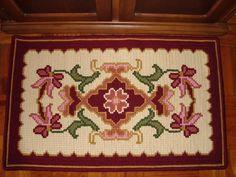 Ref.NVA-449 Trabalho executado em ponto arraiolo. Este tapete deixará a entrada da sua casa muito mais bonita. R$ 199,90