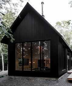 two steel black cabins form striking quebec chalet by appareil architecture Modern Barn, Modern Farmhouse, Modern Cabins, Small Modern Cabin, Metal Building Homes, Building A House, Black Building, Plan Chalet, Casa Loft