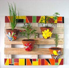 Discover thousands of images about Ideias com Paletes para Jardim - Como Plantar e Cuidar Mosaic Garden Art, Mosaic Flower Pots, Mosaic Pots, Mosaic Wall Art, Mosaic Glass, Mosaic Tiles, Mosaic Crafts, Mosaic Projects, Mosaic Furniture