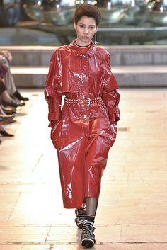 Trend alert: os casacos glossy dominam as passarelas de Paris