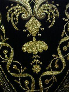 Corpiño bordado en oro, con trabajo de chaperias, sobre terciopelo negro.   Virgen de los Dolores, Parroquia San Juan (Málaga)           ...