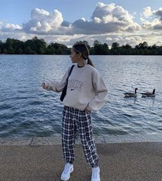 Outfit idea - Streetwear - Nike Sweat - Outfit - Beautiful outfit ideas, simple and elegant! Do not forget the jewelry in an outfit, here is a site - Nike Sweats Outfit, Nike Outfits, Retro Outfits, Cute Casual Outfits, Casual Dresses, Simple School Outfits, Cute Vintage Outfits, Urban Style Outfits, Fitness Outfits