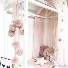 Aivan upeat tyllipompomit lastenhuoneen sisustukseen✨ Nämä löytyivät Australialaisen verkkokaupan valikoimasta, saisikohan Suomesta mistään? Tykkään myös tuosta erimuotoisten tyynyjen yhdistelmästä❤️ • • These pom pom garlands are just perfect for little girls room This space looks so dreamy and cozy @little.dottie  • • • #lastenhuone #lastenhuoneensisustus #sisustus #lapsille #tytölle #tytönhuone #kidsroom #girlsroom #kidsinterior #kidsroomdecor #kidsroomdesign #kinderzimmer #forgirl #...